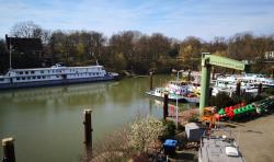 Blick in das Hafenbecken von Duisburg-Homberg
