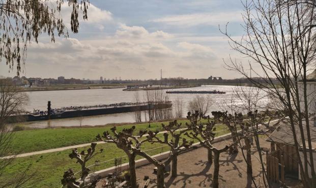 Blick von der Homberger-Rheinpromenade zur Ruhrmündung