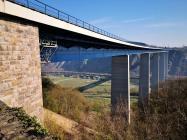 Wir unterqueren die imposante Moseltalbrücke der Autobahn A61 in 136 Metern Höhe über dem Fluß
