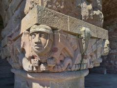 Figuren an den Säulen des Denkmals