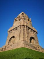 Seitenblick auf das Denkmal