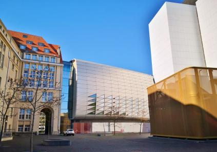 Moderne Architektur an der Dependance der Bundesbank und dem Staatsarchiv