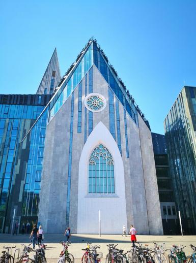 Die Universitätskirche Leipzig neben dem Gewandhaus