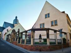 Seitenblick auf Luthers Geburtshaus. Im Hintergrund: Der Turm von St. Petri-Pauli, Luthers Taufkirche