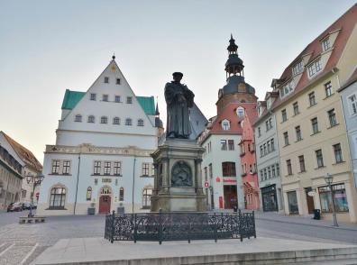 Der Marktplatz vor dem Rathaus mit Lutherdenkmal und der Andreaskirche