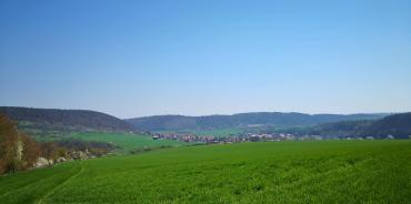 Blick von den Hügeln oberhalb der Arche Nebra hinunter zur Stadt Nebra
