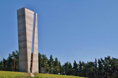 Aussichtsturm an der Fundstelle. Der Spalt teilt den Turm und bildet eine Sichtachse zum Brocken. Dort geht zur Sommersonnenwende die Sonne unter. (Foto Krajo | http://commons.wikimedia.org | Lizenz: CC BY-SA 3.0 DE)