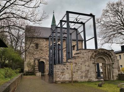 Die im Zweiten Weltkrieg schwer zerstörte evangelisch-lutherische Frauenbergkirche St. Maria auf dem Petersberg