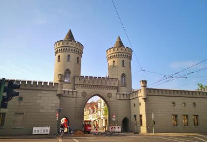 Das Nauener Tor mit Resten der ehemaligen Stadtmauer