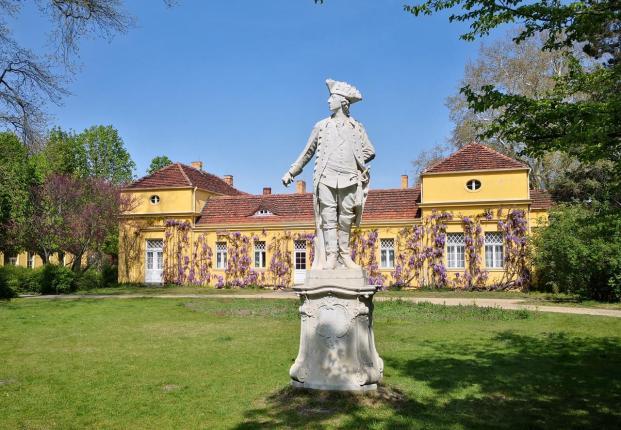 """Skulptur des Erbauers von Schloss Sanssouci:: König Friedrich II. von Preußen, der """"alte Fritz"""""""