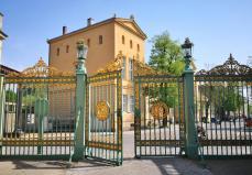 """Das """"grüne Gitter"""" am früheren Haupteingang zum Park Sanssouci"""