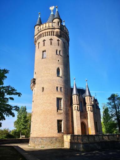 Der Flatowturm auf einer Anhöhe im Park Babelsberg