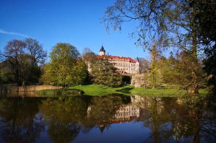 Blick über den Schlossweiher auf das Schloss Wiesenburg