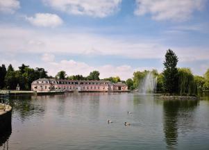 Schlossweiher vor dem Schloss Benrath