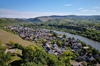 Blick von der Spitze des Bergfrieds der Saarburg auf die nördlichen Stadtteile