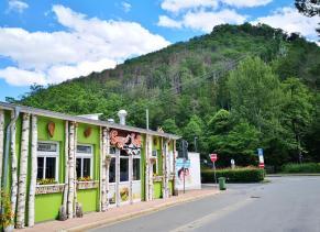 Vom Kurpark fährt eine Bergbahn hinauf zum großen Burgberg - wir gehen natürlich zur Fuß hinauf
