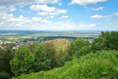 Blick vom großen Burgberg hinunter ins Harzvorland
