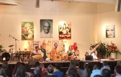 Swami Gurusharananda intoniert klassische indische Kirtans