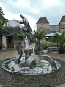 Der Seelilien-Brunnen hinter dem Rathaus