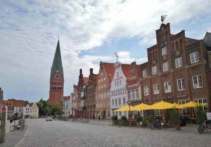 """Platz """"Am Sande"""" mit Blick auf die historische Stadtkirche St. Johannis"""