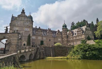 Schlosstor, Ostflügel. Ehrenhof und Westflügel von Schloss Hämelischenburg