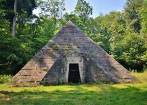 Pyramide im Park hinter dem Schloss