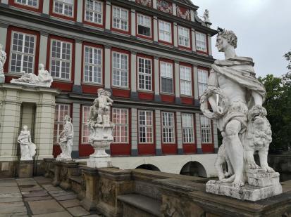 Skulpturen auf der Brücke über dem Wassergraben