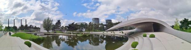 Panoramaaufnahme vom Porsche-Pavillon und den Autotürmen