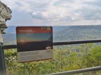 Infotafel am Aussichtspunkt Hängender Stein