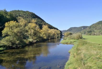 Blick auf den Fluss an der Donaubrücke kurz vor Hausen im Tal