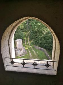 Blick durch ein Turmfenster auf das Kriegerdenkmal für die Gefallenen des Ersten Weltkriegs