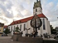 Die Stadtkirche St. Nikolaus, davor der Buchhornbrunnen