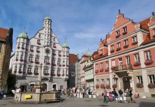 Marktplatz mit Rathaus im Zentrum von Memmingen