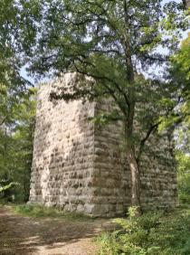 Ruine der Konzenburg im Wald westlich von Tuttlngen