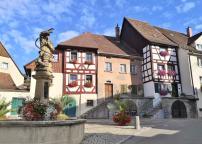 Der Hänselebrunnen nimmt Bezug auf eine wichtige lokale Figur der Alemannischen Fastnacht