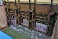 Die Öffnungen unten am Schleusentor dienen zum Ablassen des Wassers aus der Schleuse