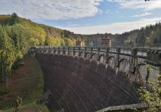 Die Staumauer der Sengbachtalsperre