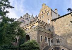 Seitlicher Blick auf das Schloss vom Park aus