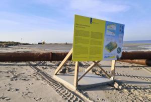 Hier wird Sand aus dem Meer an den Strand gebracht, um die ständige Erosion durch das Meer auszugleichen