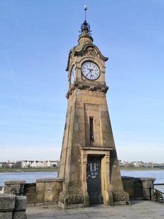 Pegelturm an der Uferpromenade