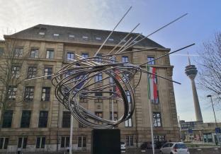 Kunstwerk vor der ehemaligen Thyssen-Zentrale