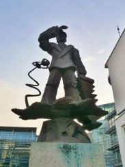 Seemann mit Schifferklavier - Skulptur im Medienhafen