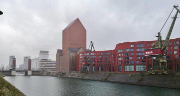 Blick in den Binnenhafen von Duisburg mit dem markanten Turm das Landesarchivs NRW