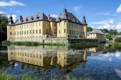Wassergraben mit Hauptgebäude von Schloss Dyck (Foto Herbert Horche | http://commons.wikimedia.org | Lizenz: CC BY-SA 3.0 DE)