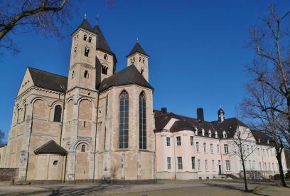 Chor der Basilika, daneben das Missionshaus