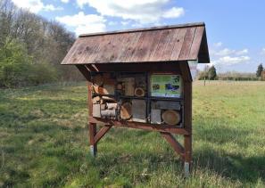 Wildbienenhotel am Waldrand