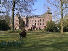 Blick durch den Park auf das Schloss