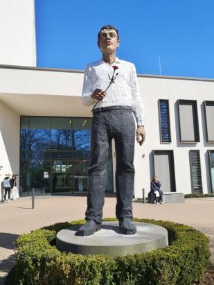 Skulptur am Eingang der Augustinus-Kliniken in Neuss