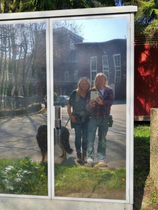 Drei gut gelaunte Wandernasen im Spiegelbild