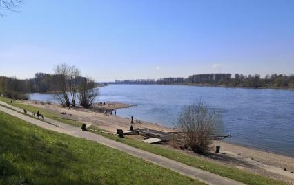 Ganz schön was los am Rhein, aber immerhin halten die Menschen Abstand